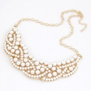 Jewelry - ⭐HP⭐NWT Cute Statement Fashion Gold/Pearl Necklace
